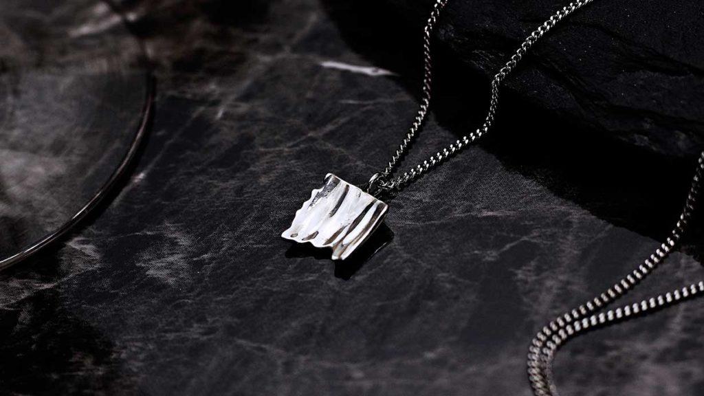 1000人の声から作るネックレス。裏のデザイン